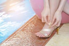 关闭女性脚在游泳池附近 免版税图库摄影