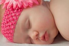 关闭女婴面孔睡觉 免版税库存照片