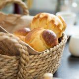 关闭奶油蛋卷小圆面包看法在篮子的 库存图片