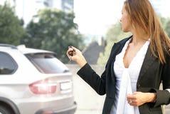关闭她的汽车的一名新白种人女实业家 库存图片