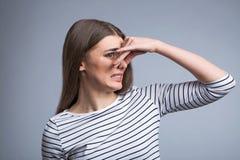关闭她的鼻子的宜人的女孩 免版税库存照片