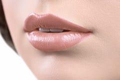 关闭妇女佩带的唇膏或嘴唇glo的嘴唇的射击 库存图片