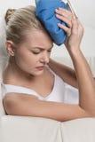 关闭妇女感觉头疼画象  免版税库存图片