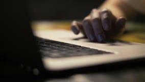 关闭妇女手使用在笔记本的触摸板浏览互联网的 股票录像