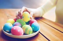 关闭妇女手用色的复活节彩蛋 免版税库存图片