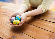 关闭妇女手用色的复活节彩蛋 免版税库存照片