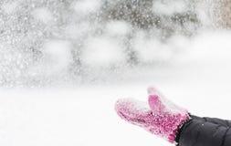 关闭妇女投掷的雪户外 免版税库存图片