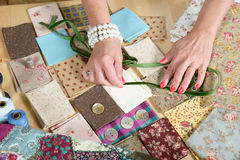 关闭妇女的手缝合的补缀品 免版税库存图片