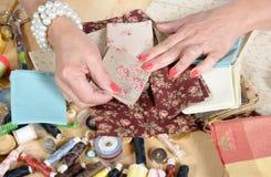关闭妇女的手缝合的补缀品 库存照片