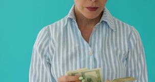 关闭妇女计数金钱 股票录像