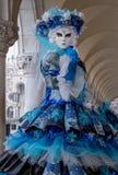 关闭妇女面具在曲拱下在共和国总督宫殿,威尼斯,在狂欢节期间的意大利 免版税图库摄影