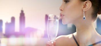 关闭妇女饮用的香槟在党 库存图片