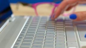 关闭妇女` s手键入在现代个人计算机键盘的,浅DOF 免版税库存照片