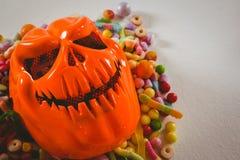 关闭妖怪面具用各种各样的糖果 图库摄影