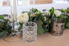 关闭婚姻花卉细节veiw  白色蜡烛、玫瑰和玉树 免版税库存图片
