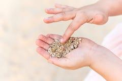 关闭孩子使用与沙子的汉斯 库存图片