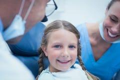 关闭安排的女孩画象她的牙被审查 免版税库存图片