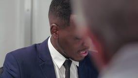 关闭定下有益的交易的非裔美国人的商人 股票视频