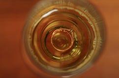 关闭定婚戒指射击在玻璃里面的 免版税库存照片