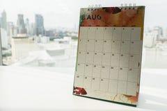 关闭定的约会8月日历在offi 库存图片