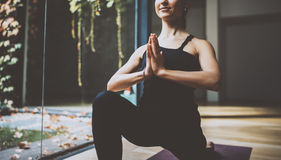 关闭室内华美的少妇实践的瑜伽看法  在类的美丽的女孩实践ardha matsyendrasana 免版税库存图片