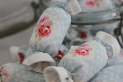 关闭室内装璜的棉花糖与瓶子玻璃 库存图片