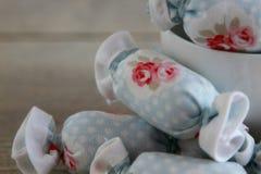 关闭室内装璜的棉花糖与白色碗 免版税库存照片
