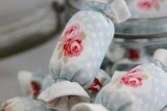 关闭室内装璜的棉花糖在瓶子玻璃 库存照片