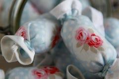 关闭室内装璜的棉花糖在瓶子玻璃 免版税库存照片