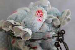 关闭室内装璜的棉花糖在瓶子玻璃 免版税图库摄影