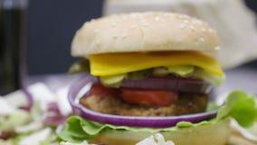 关闭家庭做的汉堡包用在木桌上的油炸物 股票视频