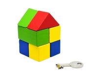 关闭家庭模型和钥匙 100个票据概念美元房子做抵押 免版税库存图片