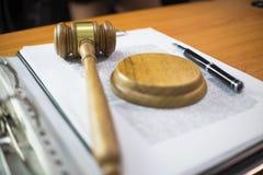 关闭对象法律概念 有运作在桌上的正义律师和文件的法官惊堂木 免版税库存照片
