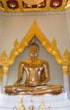关闭寺庙wat traimit的金黄菩萨在泰国 库存图片