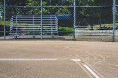 关闭导致本垒板的新近地用粉笔写的基础线,有止回器和漂白剂的,空的棒球场在一好日子 免版税库存图片