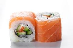 关闭射击与三文鱼和鱼子酱的寿司卷在白色背景 免版税图库摄影