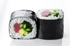 关闭射击与金枪鱼和黄瓜的寿司卷在白色背景 库存照片