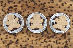关闭射击咖啡杯安排用姜饼和咖啡b 免版税库存图片