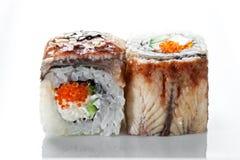 关闭射击寿司卷用熏制的鳗鱼和鱼子酱在白色背景 库存照片