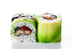 关闭射击寿司卷用熏制的鳗鱼和鲕梨在白色背景 库存照片