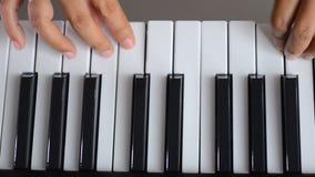 关闭射击浅景深演奏在黑白钥匙的妇女的手琴键新闻 影视素材