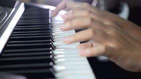 关闭射击浅景深演奏在黑白钥匙的妇女的手琴键新闻 股票视频