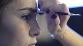 关闭射击面孔做黑眼眉在照相讲席会前塑造的构成的化妆师 股票视频