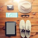 关闭小配件和旅客个人材料 图库摄影