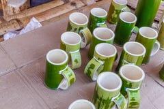 关闭小组看法竹杯子待售在商店在Borra洞, Araku谷,维沙卡帕特南,安得拉邦, 2017年3月04日 免版税库存照片