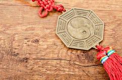 关闭尹杨硬币的金属标志 免版税库存图片