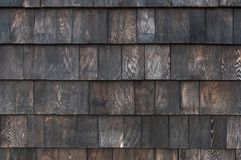 关闭屋顶标度木瓦片墙壁,纹理背景 免版税库存图片