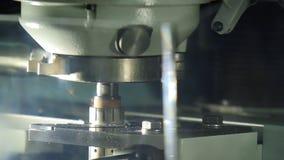 关闭工业机器钻具零件 在金属工艺期间的闪闪发光 影视素材