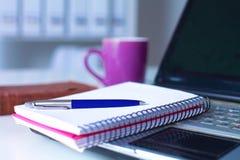 关闭工作书桌内部的看法与便携式计算机、一杯咖啡和白色帷幕的在一个晴天 库存图片