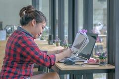 关闭工作在咖啡店的商人 免版税库存图片